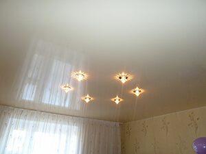 Глянцевый натяжной потолок, как украшение интерьера